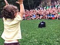 1歳ちょっとの赤ちゃんの仕草を全力で真似る大人500人。ほのぼの動画。