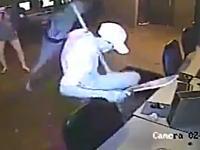 マチェテを躊躇なく振り下ろす強盗怖すぎ(@_@;)ネットカフェを襲った二人の強盗。
