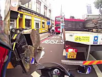 バイクのすり抜けでちょっとニヤッと動画。珍しい譲り方をしてくれたドライバー。