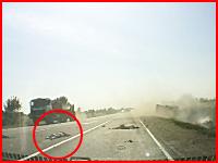 即死かな(@_@;)重量差の正面衝突。トラックとぶつかったバイクはこうなってしまう。