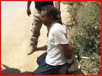 後ろ手縛りで暴行されその場で銃殺されるイラクの兵隊さん。ISISやりすぎ(((゚Д゚)))