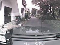 タクシーが住宅街の狭い道路で飛び出してきた小学生くらいの少年をはねてしまう車載