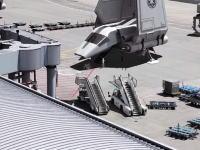 空港(FRA)を撮影した映像にスターウォーズを合成するとあまり違和感がない動画。
