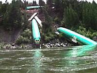 なんだこの光景www川下りをしていたらボーイング737の胴体が転がってたwww