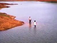 ため池で遊んでいた二人の女の子が深みにはまって溺死してしまう一部始終をカメラが捉えていた
