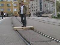 この発想はなかったwww路面電車の線路にただ乗りする男。今日の小ネタ集。