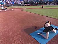 無駄にセクシーwww韓国野球の始球式が人気に。脱ぐのかよwwwww