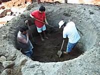 井戸はこうして作られる。スコップだけで大きな穴を掘って井戸を作る男たちの作業風景