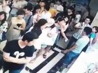 中国でフルボッコ。切符売り場の列でボコられた男性がフラフラに。怖すぎ(@_@;)