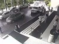 客「俺の車(ガヤルド)を回してくれ」⇒配車係がアクセルを踏み過ぎて大破www