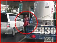 信号待ち中にやってきた物売りのおじさんがタンクローリーに轢かれてしまう。