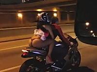 バイクで2ケツしている姉ちゃんのケツが見えまくりだったので撮影しといた。