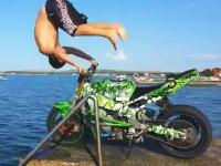 リスキーすぎる挑戦。チキンレース的にバイクに乗って海に飛び込む男性のビデオ。