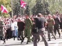 ドネツク人民共和国でウクライナ軍の捕虜が後ろ手に縛られたまま強制的に行進させられる。