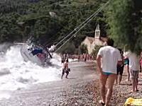 座礁して海水浴客たちの前でビーチに打ち上げられる悲しきヨットさん動画。