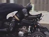 動画キテタ!千葉在住のバットマンが高速道路を走っていた動画。かっけえwwww