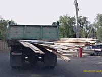 これは酷いwwwトラックからはみ出しまくりの材木で後頭部を叩かれたチャリ(´・_・`)
