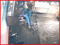 「おいおいその辺でやめとけ」と喧嘩の仲裁に入った二人の男性が射殺される。