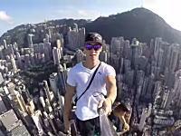 高所恐怖症注意。香港の超高層ビルのおっそろしい場所でバナナを食う男女。