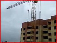 人間が10階建ての建物の屋上から落下して地面に叩きつけられる音。注意。