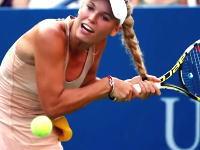 テニスで珍プレー。結んだ長い髪がラケットに絡まってしまったウォズニアッキ