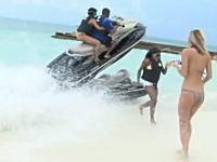ビーチに水上バイクが突っ込んできて事故ってジャンプ。これは危ないすぎるだろ。