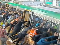電車とホームの間の隙間にはまってしまった男性を多くの乗客が力を合わせて助ける