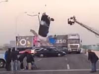 映画のアクションシーンの撮影で飛びすぎた車がスタッフをひき殺しそうになるミステイク