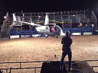 ロデオ会場でカウボーイの入場方法がデンジャラス。狭い会場でアクロバット飛行。