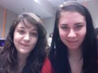 奇跡のタイミング。授業中に自画撮りしていた女子たちのビデオが爆笑作品にww