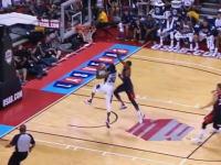 痛いYouTube。NBAのポール・ジョージが着地で右足を折ってしまう瞬間。