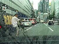 危ないチャリ。街宣車の脇から飛び出してきたチャリが危ない車載。脱法ハーブ。