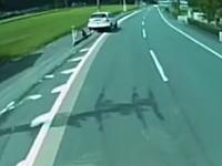 歩道に乗り上げてポールに激突して対向車線に飛び出して。完全にヤバい車がいる。