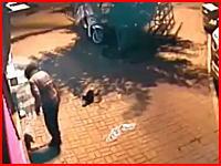 こんな酷い映像みたことない。母猫の目の前で子猫を蹴り殺す男の姿が撮影される。