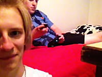 うめえ。携帯の音を真似て友人を混乱させるイタズラ映像がYouTubeで人気に。