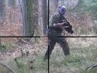 サバイバルゲームで隠れて敵を狙うスナイパー視点のビデオ。海外サバゲー。