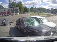 運が良かった?事故ドラレコ。信号無視のバイクがベンツに激突するが・・・。