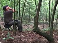 コヨーテの遠吠えをマスターしたハンターが森の中で吠え声を上げると・・・。
