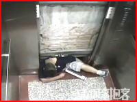 こんなの恐ろしすぎる。エレベーターが突然動き出し乗り込もうとしていた男性が壁と箱との間に挟まれて圧死してしまう事故の映像。