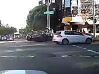 不運なチャリンコ。自動車同士の接触横転事故に巻き込まれた自転車が痛い