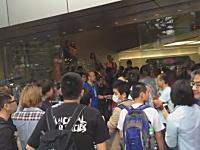 iPhone6発売日にアップルストア心斎橋で中国人ば暴動。その直前の動画がアップされる。