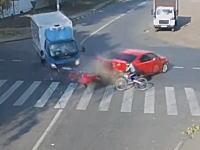 トラックとセダンの事故に巻き込まれて死ぬところだった自転車の男性。ギリギリ