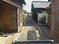 外国人が日本の狭い道に車で迷い込んでみた動画。愛知県の田舎町迷宮。