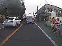 すり抜けしようとしたバイクが転倒してしまう瞬間。後方ドライブレコーダーより。