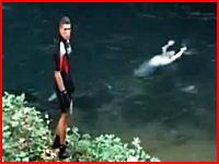 セメント殺人。両足首をセメントで固められて川に沈められていた遺体を回収する作業