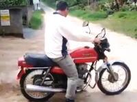 ブラジルの瓦屋さんが考えたバイクの活用方法。HONDAのバイクっぽい??