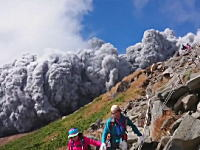 御嶽山の噴火に巻き込まれた登山客が撮影していたビデオ。これはなかなか凄い。