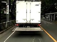 パワーゲートを下ろしたまま走るトラック。これは危ないんじゃね?ドラレコ動画。