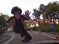 この韓国の当り屋の動画さすがに糞ワロタわwww確実にキチガイだろwww