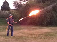 火炎放射器なんて作れるのかよ。自作の火炎放射器の威力がヤバい動画。